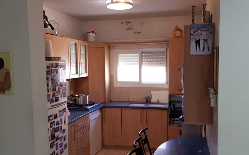 קרית חיים המזרחית רחוב הראשונים דירת 4 חדרים.