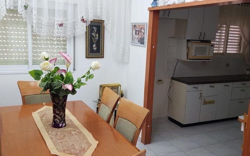 קרית מוצקין רחוב ספיר דירת 4.5 חדרים.
